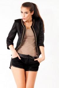 Lederjacke zu kurzer Hose und Bluse