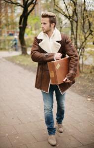 Junger Mann mit Lammfelljacke braun